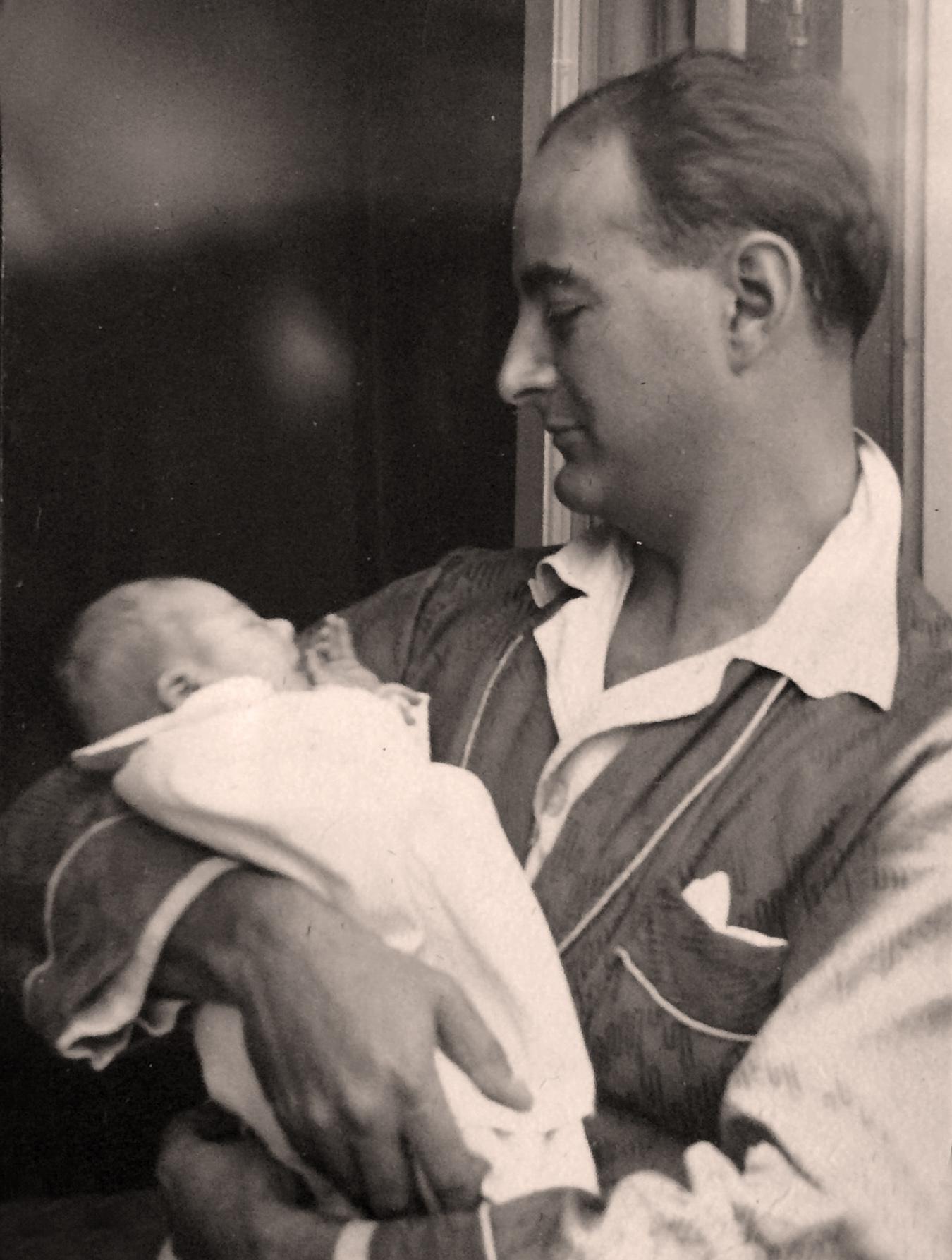 Juan Adriansens en brazos de su padre. La Habana 1936